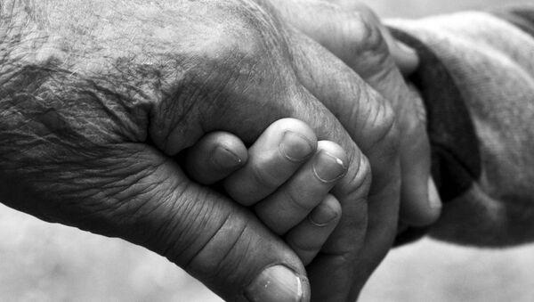 Рука пожилого человека и ребенка - Sputnik Беларусь