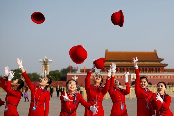 Девушки, встречающие делегатов у Дома народных собраний в Пекине - Sputnik Беларусь