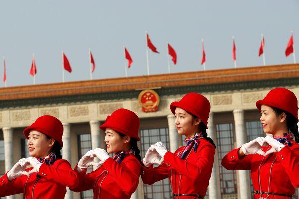 Девушки позируют фотографам на площади Тяньаньмэнь - Sputnik Беларусь