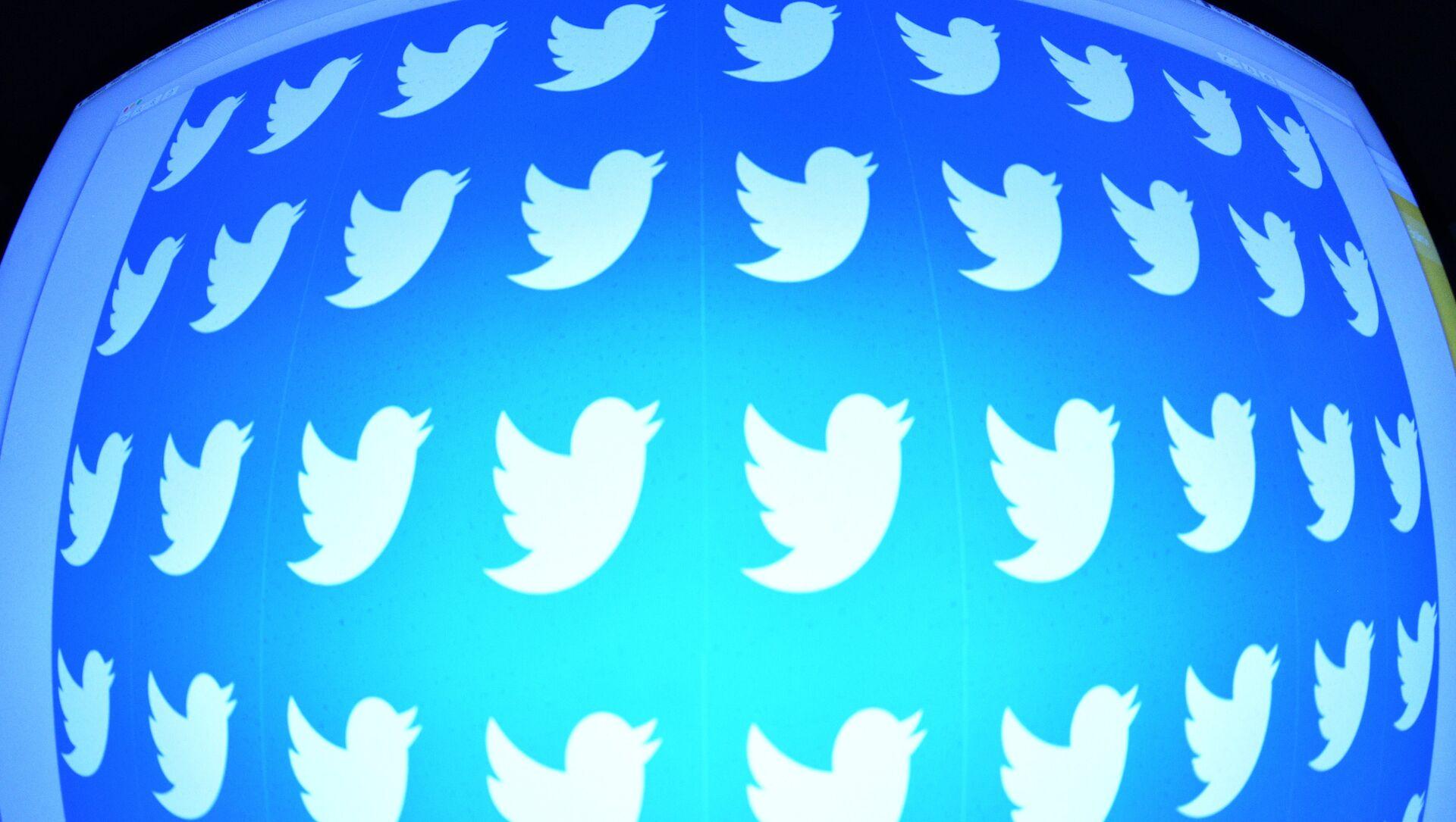 Логотип социальной сети Twitter на экране смартфона - Sputnik Беларусь, 1920, 23.03.2021