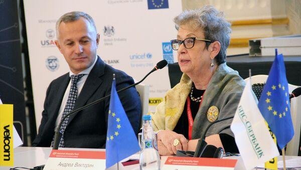 Первый вице-премьер Беларуси Василий Матюшевский и глава представительства ЕС в РБ Андреа Викторин - Sputnik Беларусь