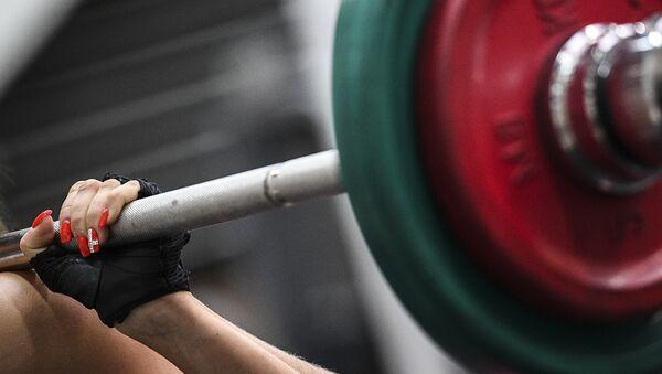 Женщина занимается тяжелой атлетикой, архивное фото - Sputnik Беларусь