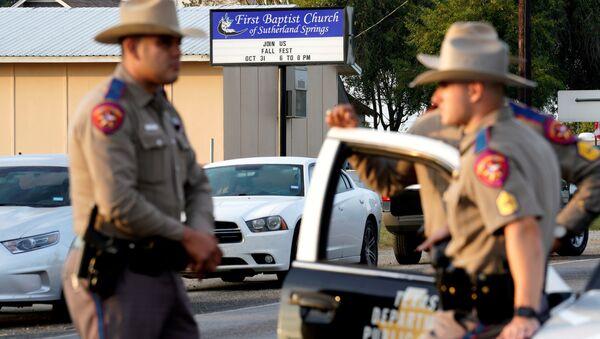 Полицейские на месте стрельбы в Техасе, где погибли 26 человек - Sputnik Беларусь