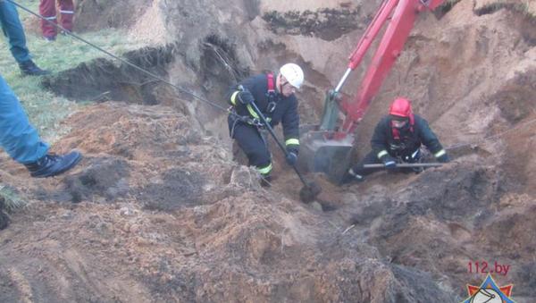 При проведении работ по устройству колодца 32-летнего мужчину засыпало грунтом - Sputnik Беларусь