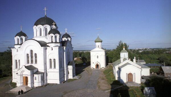 Спасо-Евфросиниевский монастырь в Полоцке. На заднем плане - Спасская церковь XII века, в которой молилась сама Евфросиния Полоцкая - Sputnik Беларусь