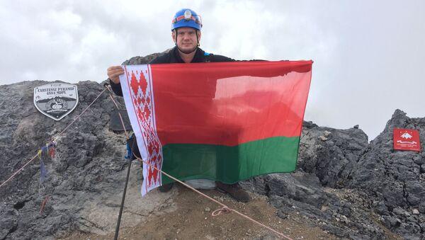 Белорус Вадим Фролов на вершине горы Карстэнз - Sputnik Беларусь