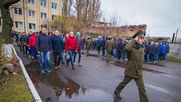 Прызыўнікі адпраўляюцца ў войска, архіўнае фота - Sputnik Беларусь