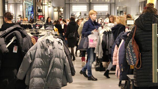 Покупатели в магазине одежды в ТЦ - Sputnik Беларусь