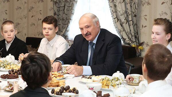 Александр Лукашенко в гостях у семьи Новиковых - Sputnik Беларусь