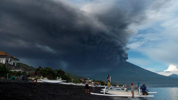 Сотни туристов застряли на Бали из-за извержения вулкана - Sputnik Беларусь