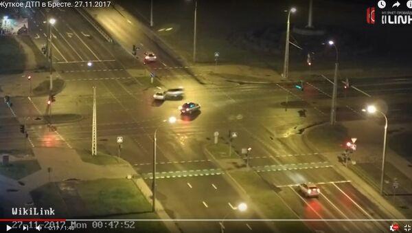 Кадры ДТЗ у Брэсце: Audi на вялікай хуткасці ўрэзалася ў VW і слуп - Sputnik Беларусь