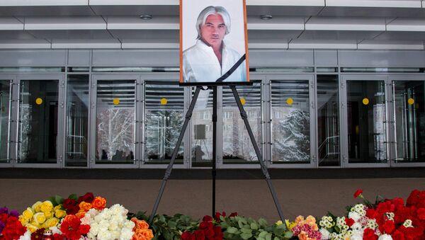 Люди несут цветы в память о Дмитрии Хворостовском - Sputnik Беларусь