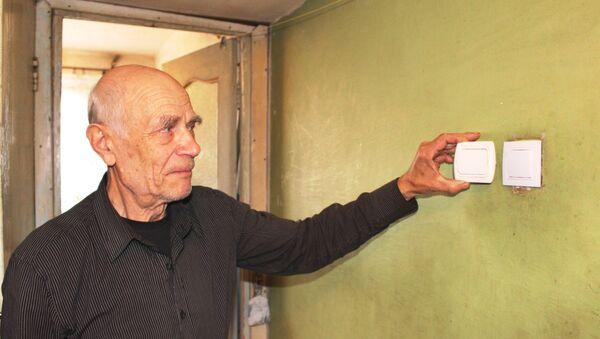 Евгений Лаврентьевич показал, что в коридоре заменили почти новый выключатель - Sputnik Беларусь