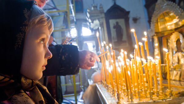 Ребенок на богослужении в цервки, архивное фото - Sputnik Беларусь