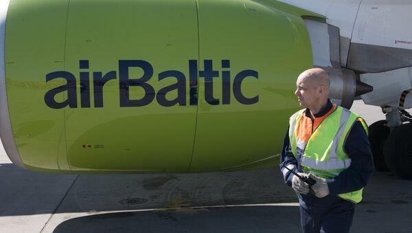 Сотрудник аэропорта возле самолета AirBaltic, архивное фото - Sputnik Беларусь