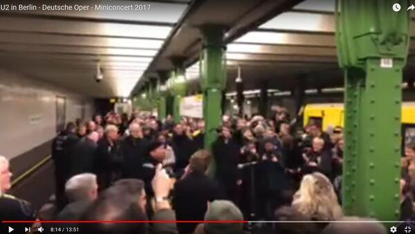 U2 зладзілі канцэрт за чаявыя на аднайменнай галінцы берлінскага метро - Sputnik Беларусь