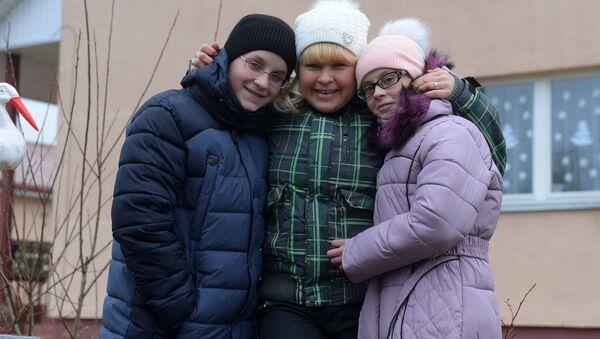 Паша и Полина с родителем-воспитателем Светланой - Sputnik Беларусь