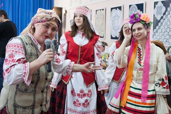 Своеасаблівы батл ладзілі свахі, хвалілі сваю невесту прыпеўкамі - Sputnik Беларусь