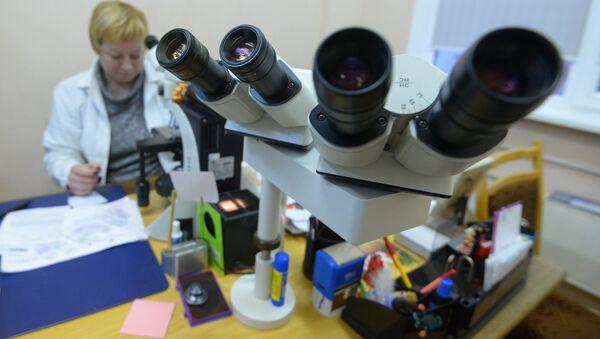 Рабочее место патологоанатома - за микроскопом, а не в аутопсийном зале - Sputnik Беларусь