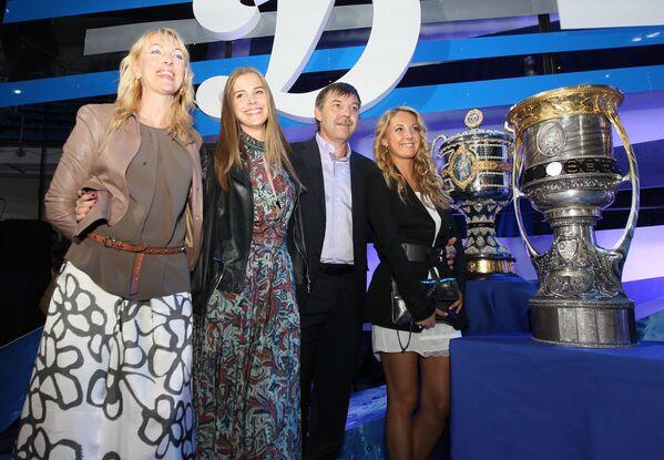 Олег Знарок с супругой Илоной и дочерьми Алисой и Валерией (слева направо) - Sputnik Беларусь