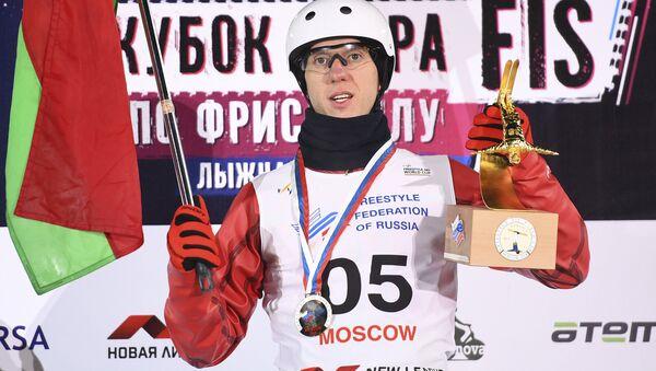Антон Кушнир (Беларусь), завоевавший золотую медаль на соревнованиях по лыжной акробатике - Sputnik Беларусь