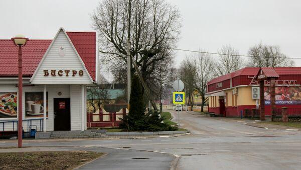 Ёсць пара харчовых магазінаў і кафэ, міні-пякарня, невялікі рынак - Sputnik Беларусь