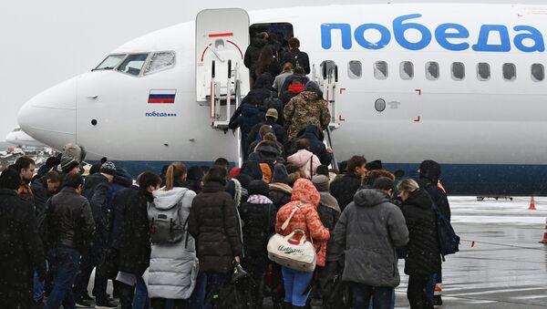 Пассажиры поднимаются на борт нового самолета Boeing 737-800 авиакомпании Победа - Sputnik Беларусь