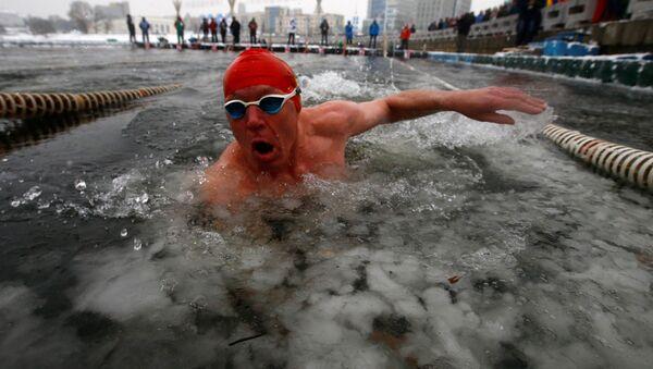 Международные соревнования по зимнему плаванию проходят в Минске - Sputnik Беларусь