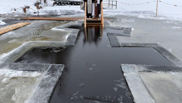 Прорубь на озере Вяча под Минском, архивное фото - Sputnik Беларусь