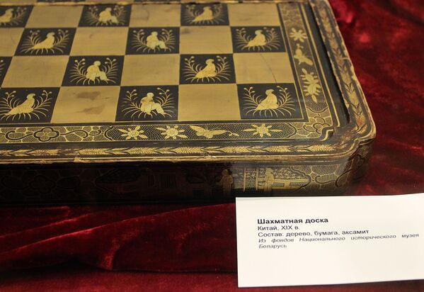 За стеклом расположились уникальные шахматы, в том числе подаренные президенту Республики Беларусь Александру Лукашенко - Sputnik Беларусь