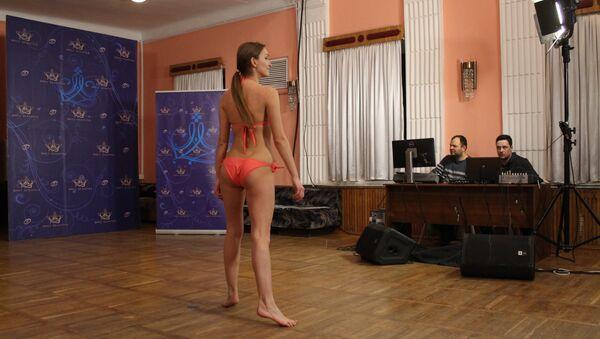 Девушка не потеряла уверенности в себе даже дефилируя босиком - Sputnik Беларусь