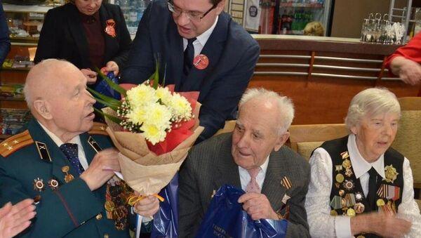 Генеральный консул РФ в Бресте Игорь Конякин поздравил ветеранов - Sputnik Беларусь