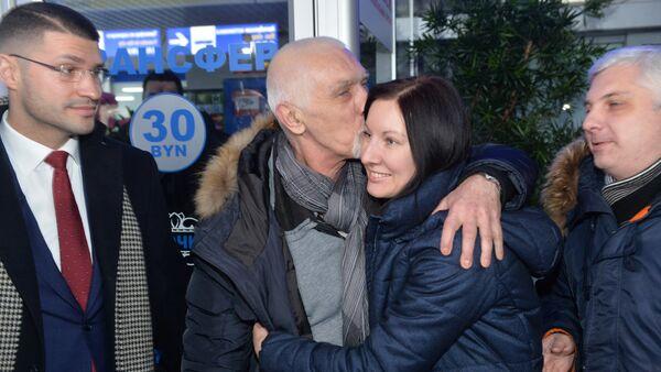 Вячеслав Качура с женой в аэропорту - Sputnik Беларусь