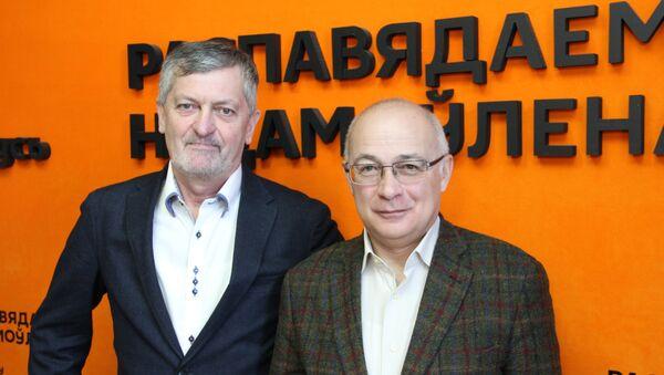 Заместитель главного редактора, шеф-редактор журнала Родина Игорь Коц и доктор философских наук Семен Экштут - Sputnik Беларусь