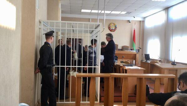 Обвиняемые и адвокаты разговаривают перед началом заседания суда - Sputnik Беларусь