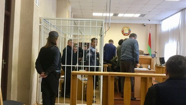 Обвиняемые перед началом судебного заседания - Sputnik Беларусь