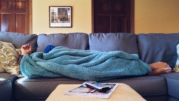 Человек лежит на диване - Sputnik Беларусь