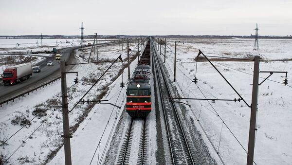 Поезд на железной дороге, архивное фото - Sputnik Беларусь