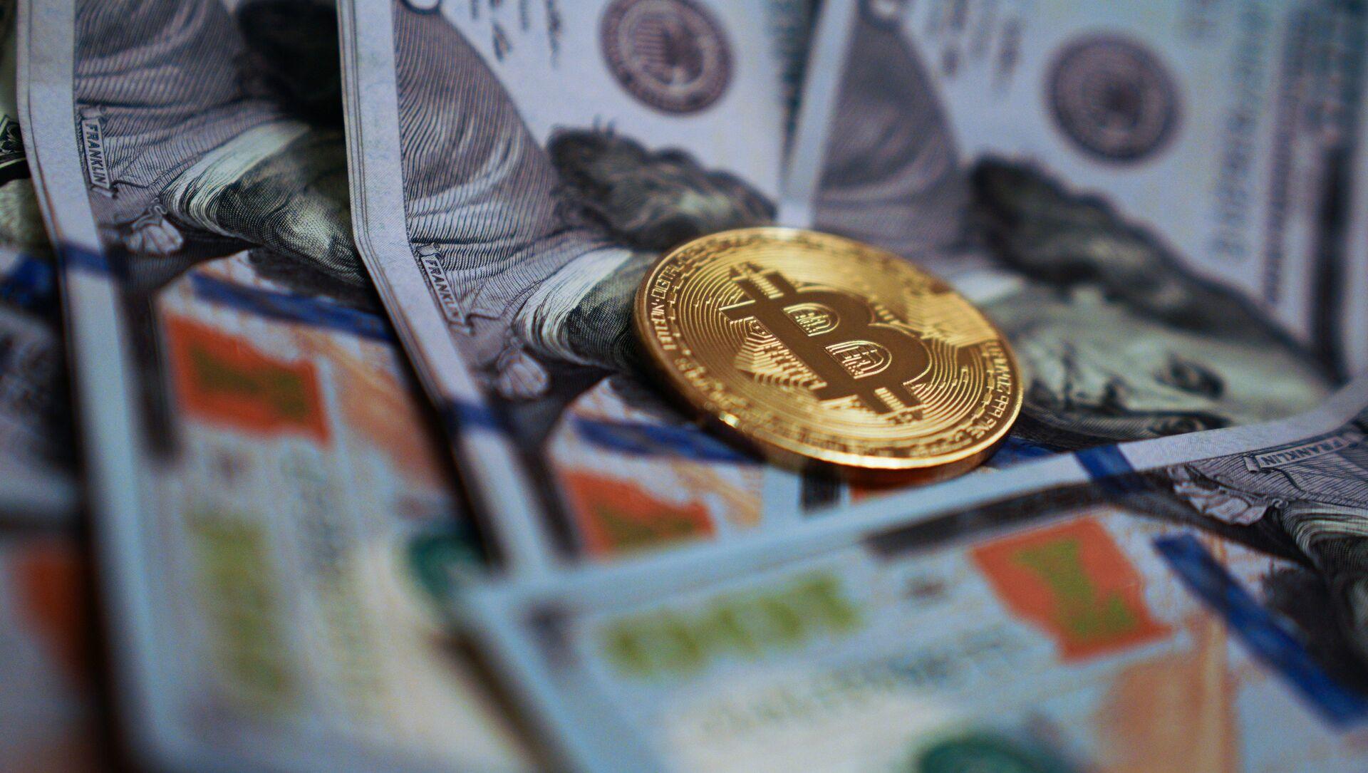 Сувенирная монета с логотипом криптовалюты биткоин. - Sputnik Беларусь, 1920, 13.04.2021