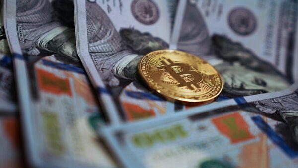 Сувенирная монета с логотипом криптовалюты биткоин. - Sputnik Беларусь