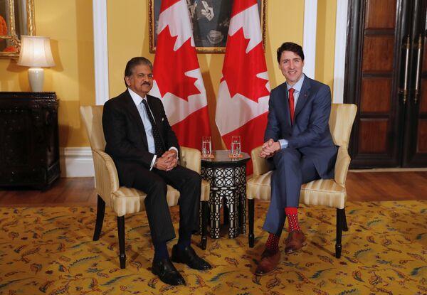 Прэм'ер-міністр Канады Джасцін Трудо (справа) вядомы сваёй любоўю да яркіх, рознакаляровых шкарпэтак, якія ён апранае на самыя розныя сустрэчы. - Sputnik Беларусь