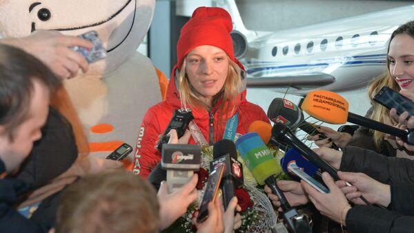 Чемпионка Гуськова вернулась домой: торжественная встреча в аэропорту - Sputnik Беларусь