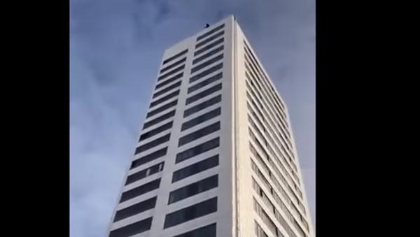 Экстремал прыгнул с небоскреба с неработающим парашютом - Sputnik Беларусь