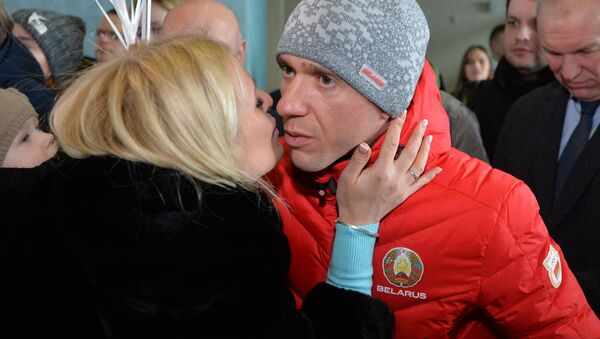 Фристайлист Антон Кушнир, которого засудили на Играх, после совместного фото быстро покинул зал, где встречали олимпийцев  - Sputnik Беларусь