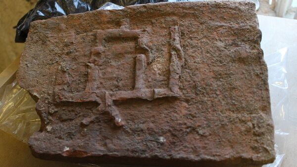 Самая каштоўная знаходка - цагліна з гербам князя Вітаўта, які захаваўся практычна цалкам. - Sputnik Беларусь