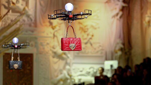 Паказ D&G у Мілане адкрылі дроны, якія луналі з сумкамі над подыумам - Sputnik Беларусь