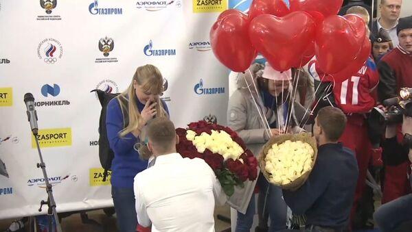 Российским лыжницам, призерам ОИ-2018, сделали предложения руки и сердца прямо в аэропорту - Sputnik Беларусь