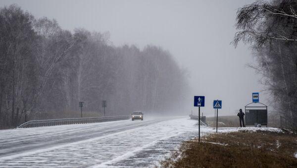 Снег на автомобильной дороге - Sputnik Беларусь