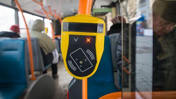 Когда контролер заходит в автобус, первым делом он блокирует валидаторы - Sputnik Беларусь