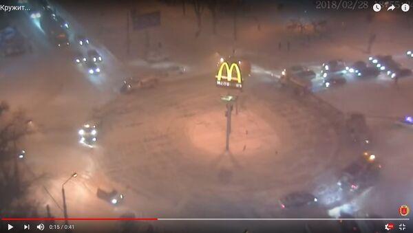 Відэафакт: карагод снегаўборачнай тэхнікі на плошчы - Sputnik Беларусь
